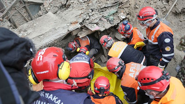 Rescuers work amidst rubble left by the earthquake that struck Nepal on Saturday, April 25. (By Hilmi Hacaloğlu, Public domain, via Wikimedia Commons)